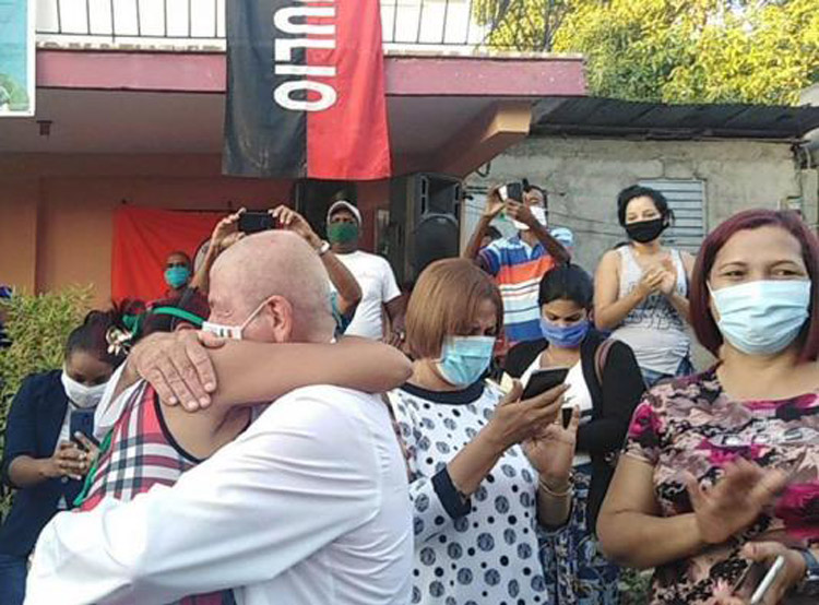 Dr. Leonardo Fernández greeted by neighbors, family and representatives of Federation of Cuban Women, the association of small farmers and other mass organizations June 21 on his return to Guantánamo, Cuba, after two months treating COVID-19 patients in Lombardy, Italy.