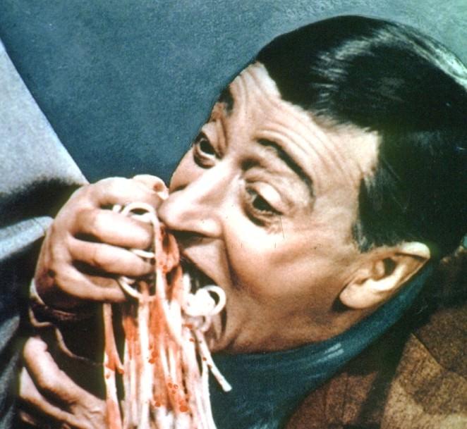 Totò si abbuffa di spaghetti al pomodoro