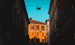 Milano al tramonto (Max Langelott per Unsplash)