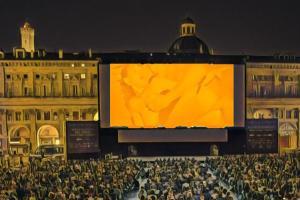Film porno in Piazza Maggiore a Bologna: l'«opera» di Carlo Ferretti dice che c'è speranza per la Generazione Zeta