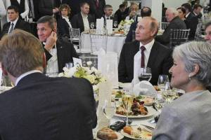 Far-right hardliner and former National Security Adviser Ret Gen. Michael Flynn dines with Russian President Vladimir Putin and far-left Green Party 2016 US Presidential election candidate Jill Stein. This dinner is a good look at what it looks like at the exact moment where the far left and the alt-right converge.