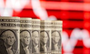 Dollar Falls to 10-Day Low as Rally Pauses; Riskier Currencies Rebound