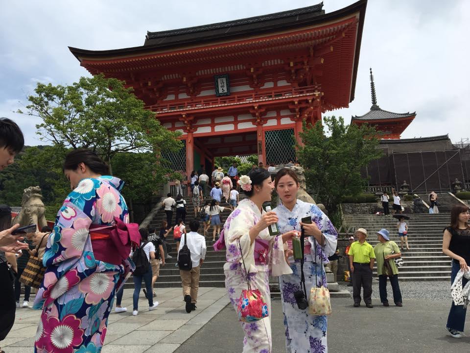 Japanese ladies wearing yukata at Kiyomizu-dera temple