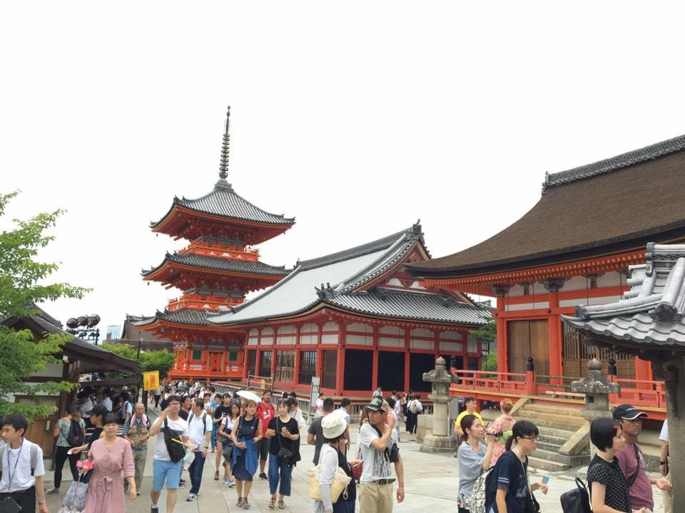Yasaka shrine with many tourists