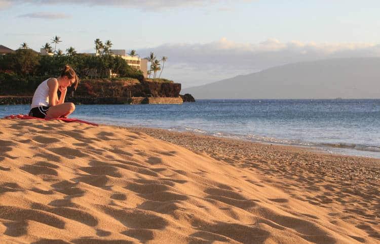 Mujer relajándose en la playa de arena - Poemas de Mike Larcombe
