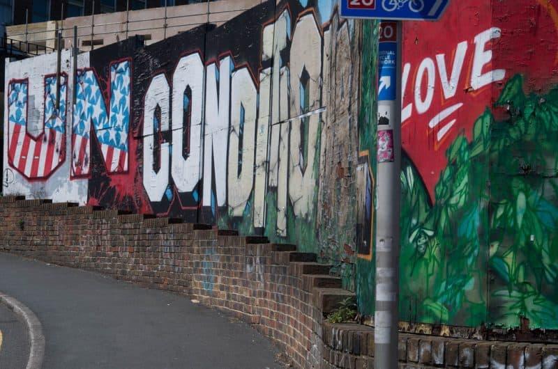 """Muro formado por bloques de graffiti que dicen """"Amor incondicional"""" - El yo amoroso"""