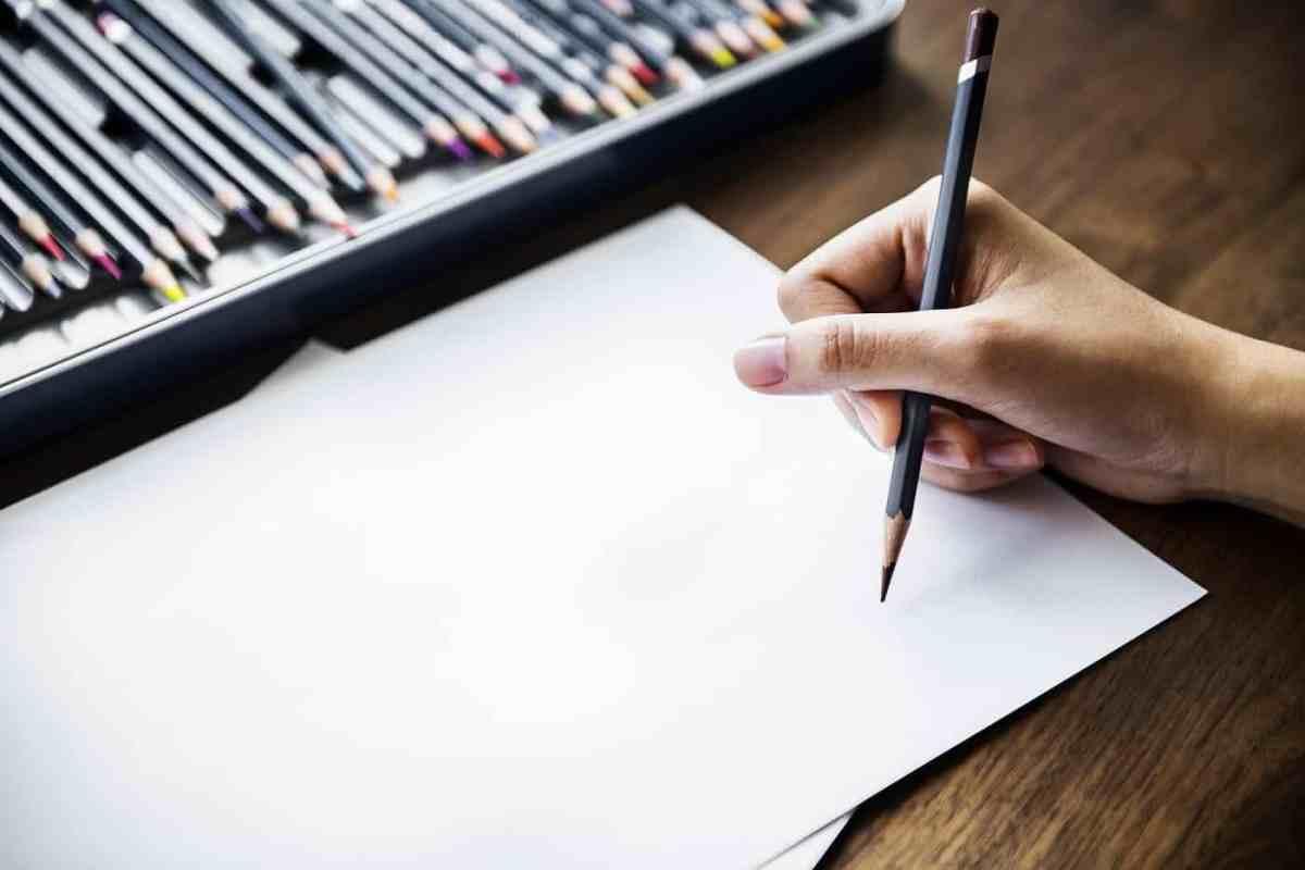 Persona dispuesta a dibujar en papel con lápiz - Dibuja tu círculo social