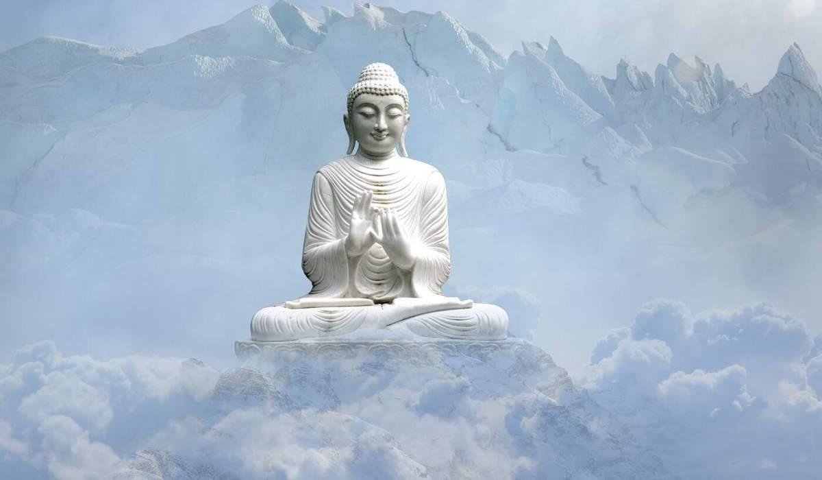 Buda flotando en las nubes junto a montañas nevadas