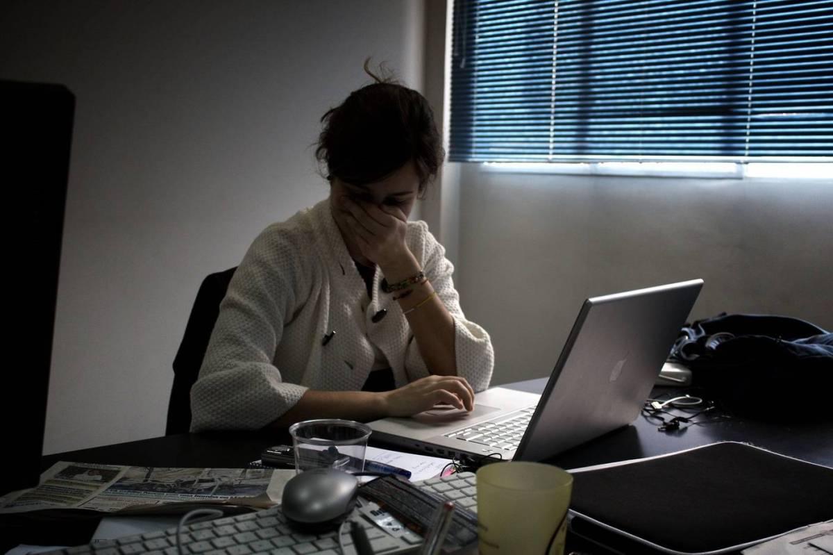 Persona enferma en la oficina