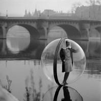 """Το Victoria & Albert Museum ονόμασε την φωτογραφία """"Bubble Seine,"""" ως την πιο εμβληματική εικόνα στον χώρο της μόδας των τελευταίων 100 χρόνων."""