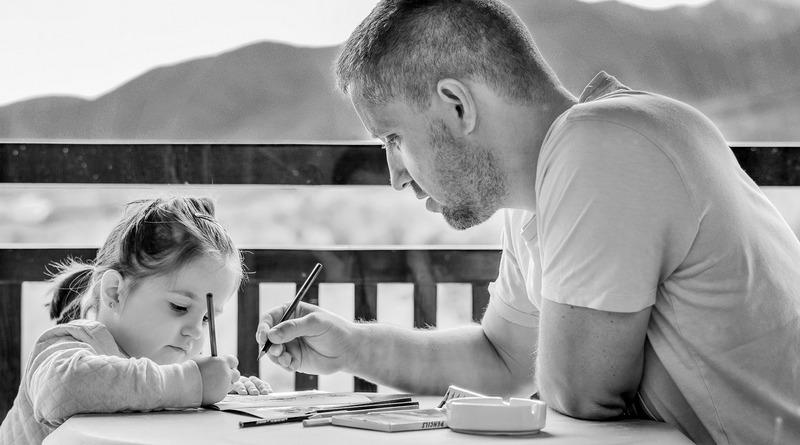origini - tradizioni - curiosità - idee regalo - the minutes fly - web magazine - padre che aiuta a fare i compiti - educazione