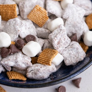 S'mores Puppy Chow (Muddy Buddies) #smores #puppychow #muddybuddies #snack #chocolate #peanutbutter #appetizer #appetizerrecipe #sweettreat #cereal #ediblegift #marshmallow | The Missing Lokness