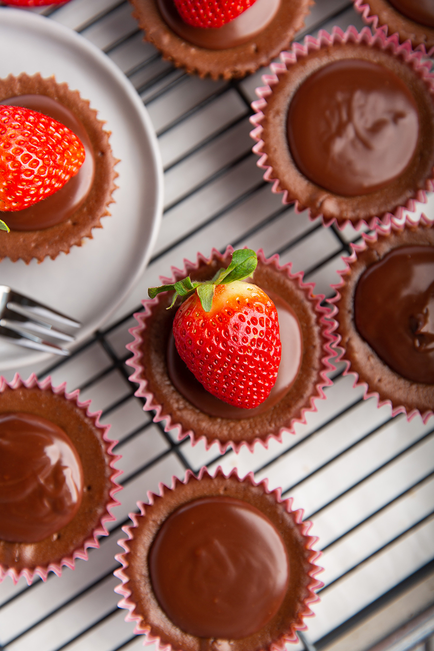 Mini Chocolate Nutella Cheesecakes #minidessert #cheesecake #nutella #chocolate #baking #ganache #valentinesday #dessert #dessertrecipe | The Missing Lokness