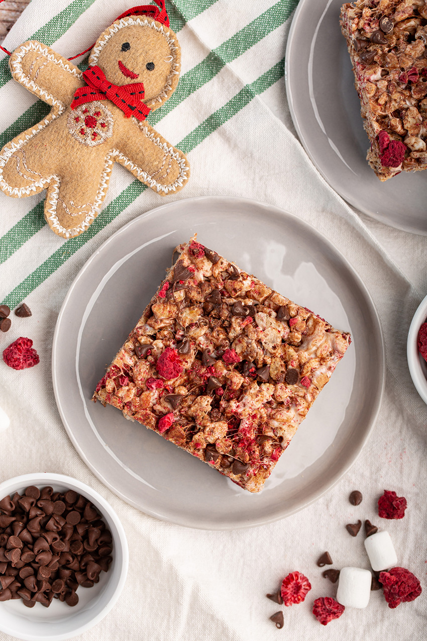 Raspberry Chocolate Crispy Rice Cereal Treats #ricekrispietreat #ricekrispie #cereal #chocolate #raspberry #brownbutter #holiday #ediblegift #easyrecipe #smallbatch #dessert #dessertrecipe #nobake | The Missing Lokness