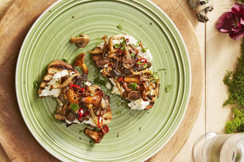 wild-mushroom-toasts-christmas-appetizers-1544022892