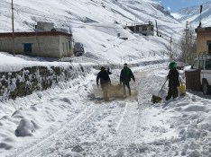 HPPWD workers at work sprinkling soil over the snow; Photo: Abhinav Kaushal