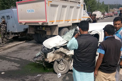 2 children among 6 injured in Pampore accident