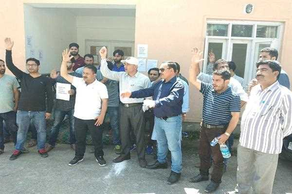 Protesting Employees lock District treasury office in Bandipora