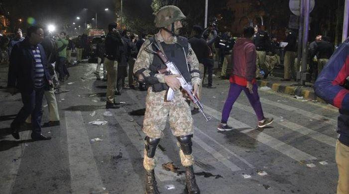 Roadside bomb kills 6 Pakistani troops