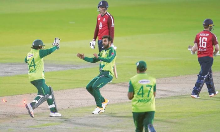 Pakistan edge England in thriller to share honours in T20 series