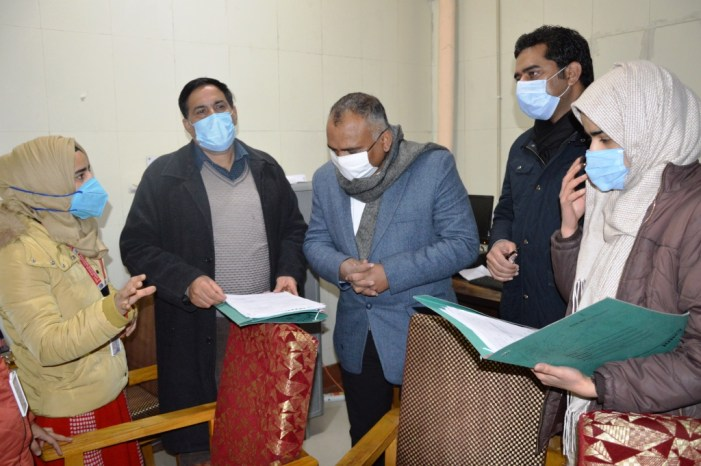 Div Com conducts City tour; Takes stock of snow clearance, functioning of hospitals