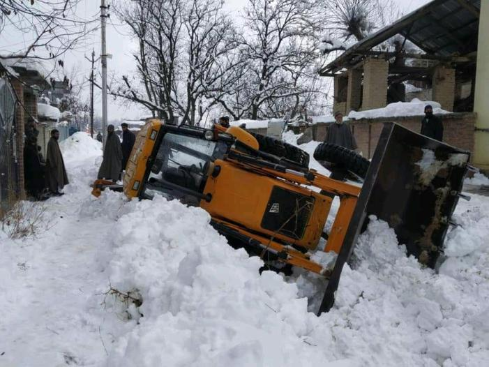 2 injured after JCB clearing snow turns turtle in Shopian village