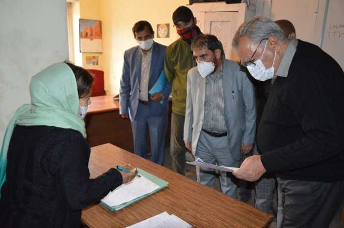 Advisor Farooq Khan conducts surprise inspection of Directorate of FCS& CA