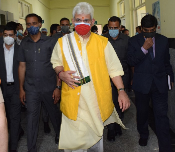 Lt Governor visits Ganderbal & Budgam, reviews Covid Containment Efforts