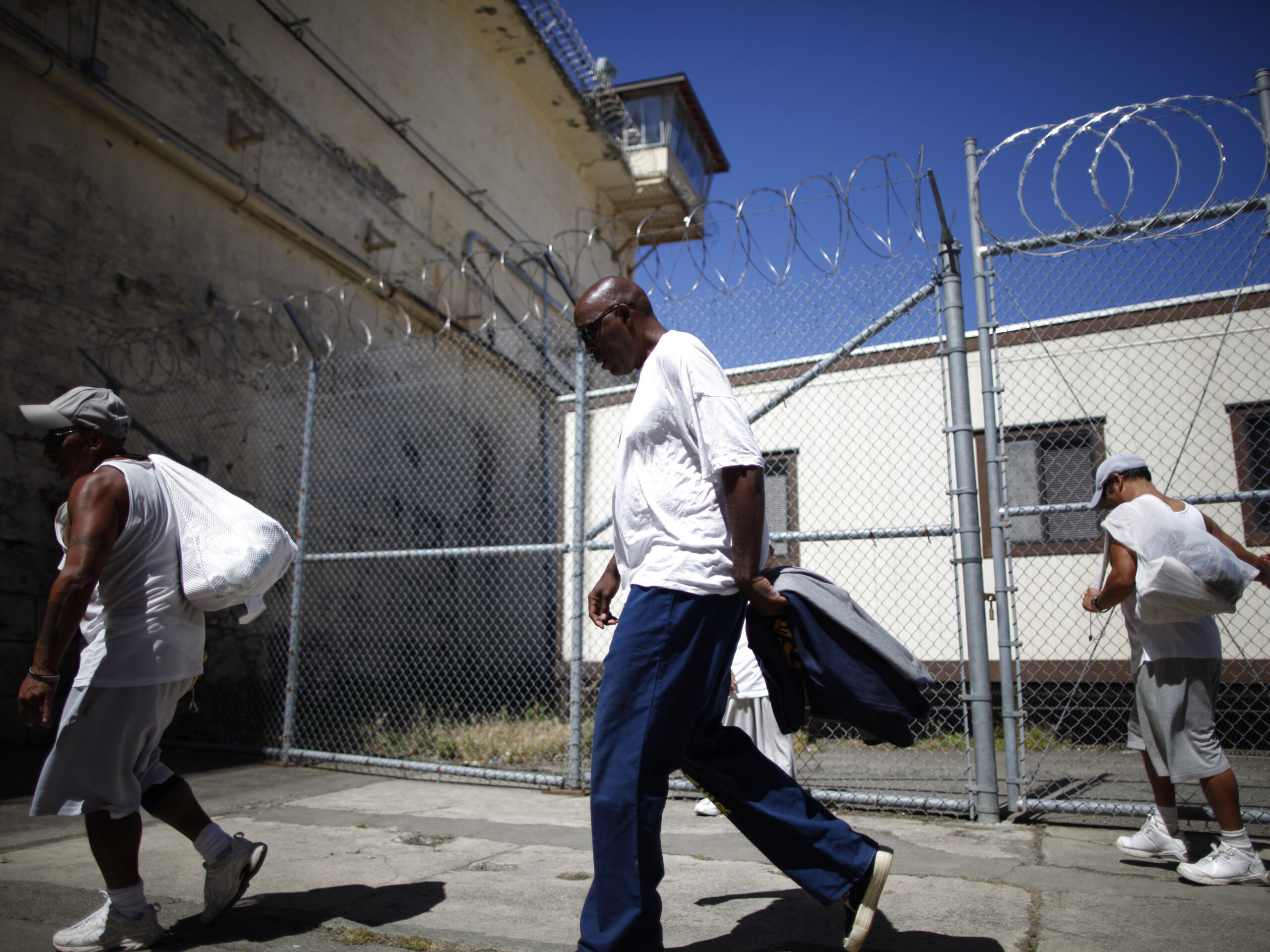 Inmates leave the exercise yard at San Quentin state prison in San Quentin, California June 8, 2012.  REUTERS/Lucy Nicholson (UNITED STATES - Tags: CRIME LAW SOCIETY) - RTR33L81
