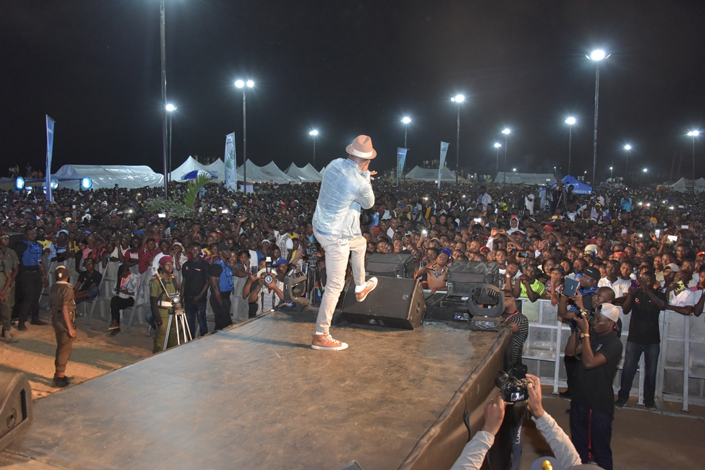 Hip-pop star, Mr. P (Peter Okoye) thrills the crowd during his performance at the Epe center of the 2017 One Lagos Fiesta.