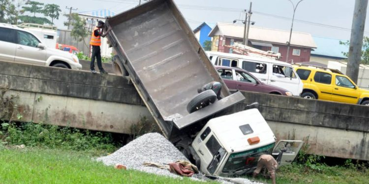 Photos: Traffic on Lagos-Ibadan expressway after trailer accident