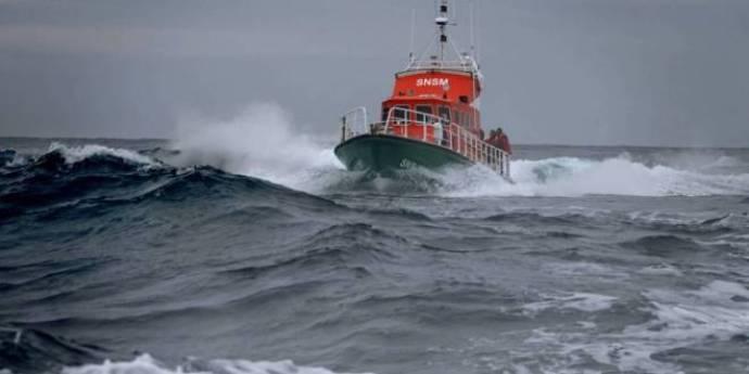 boat capsizes in France