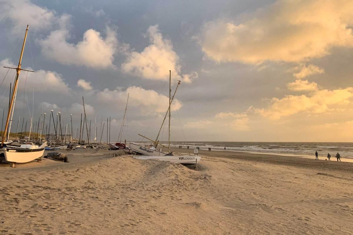 Struinen over het strand in Noordwijk