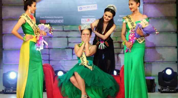Mega Miss North East 2015 Jessica Marbaniang crowns Sunsilk Mega Miss North East 2016 Meriya Subba flanked by 1st and 2nd Runner-ups Licha Thosum (L) and Soibam Kanchan