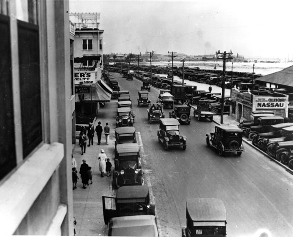 Biscayne Blvd. in 1924. (Courtesy of State Archives of Florida, Florida Memory)