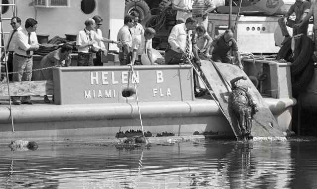 The bodies of drug smugglers are pulled out of the Miami River by detectives after their drugs were stolen by Miami Policemen at the height of the drug wars in Miami. (Credit Tim Chapman, Courtesy of HistoryMiami)