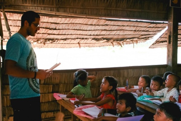Diego teaching English to Cambodian students (Photo courtesy of Diego Orlandini)