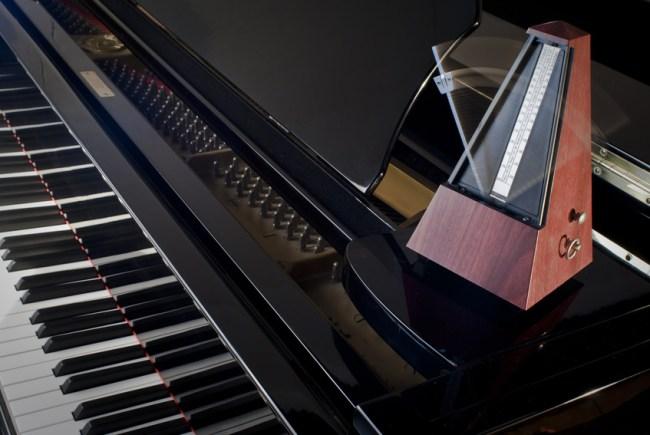 Metrónomo sobre piano de cola