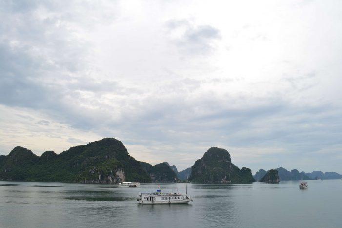 Pequeño barco en la Bahía de Halong
