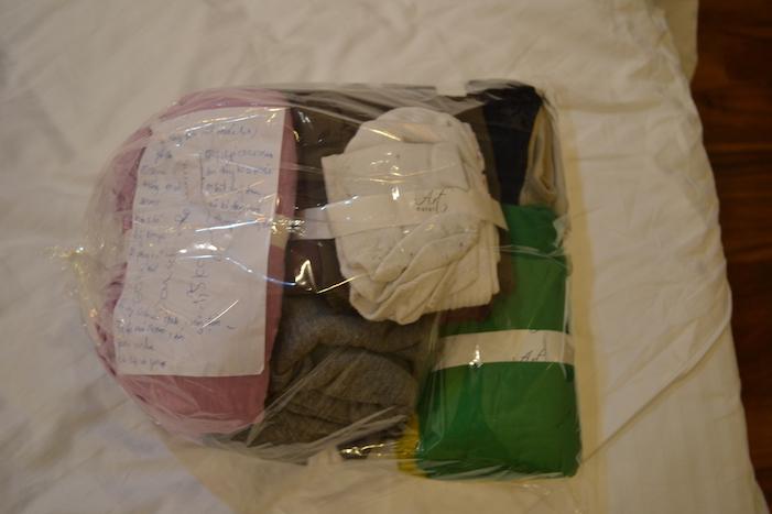 Bolsa con la ropa planchada y doblada en el Art Hotel de Hanoi
