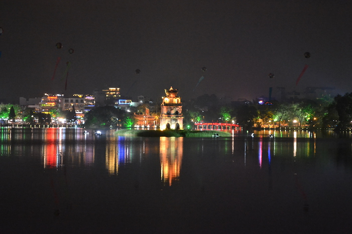 Vista nocturna del Lago Hoan Kiem en Hanoi