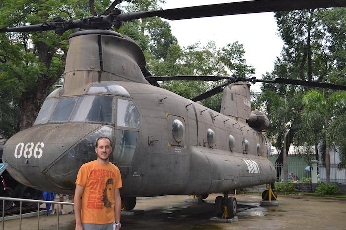 Helicóptero en los exteriores del Museo de Recuerdos de Guerra