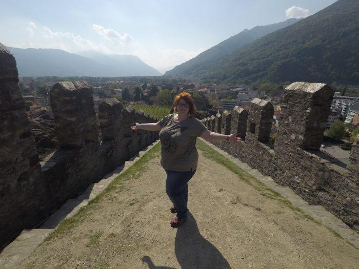 Noemí en la muralla del castillo de Sasso Corbaro en Bellinzona