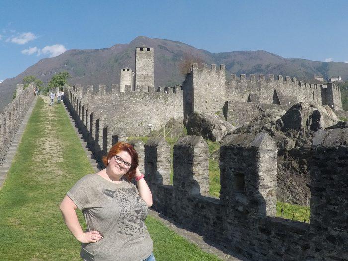 Noemí en la muralla del castillo Sasso Corbaro en Bellinzona