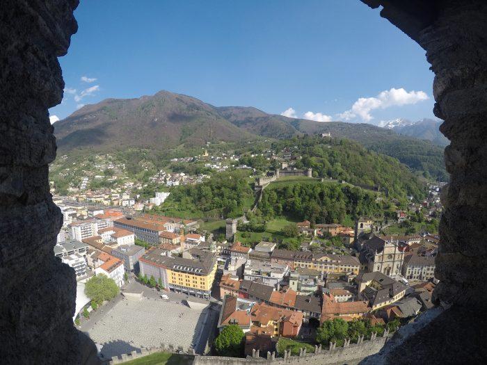 Vistas de los castillos Montebello y Castilgrande desde la torre del castillo Sasso Corbaro