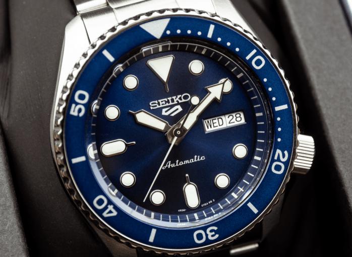 Seiko SRPD51K1  blue dial blue insert close-up shot