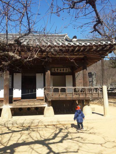 Nhà hanok với hệ thống ondol (lò sưởi) ở dưới sàn giúp nhà ẩm vào mùa đông và mát mẻ trong mùa hè.
