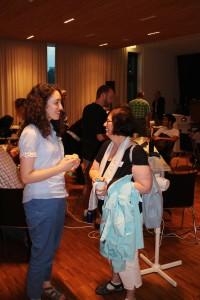 Konferenzteilnehmer im Gespräch.