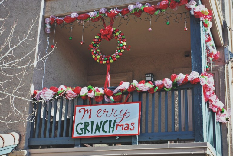 How to Decorate your Apartment Balcony for the Holidays