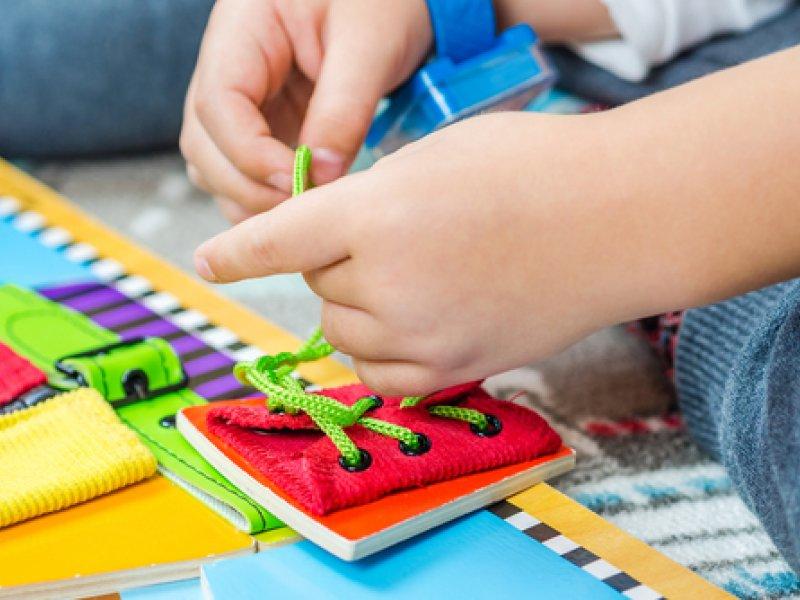 Simulador de brinquedo para amarrar laço